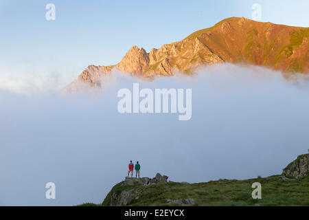 France, Ariege, Sentein, Couserans, Biros valley, hikers near the Araing lake mountain hut on the GR10 footpath - Stock Photo