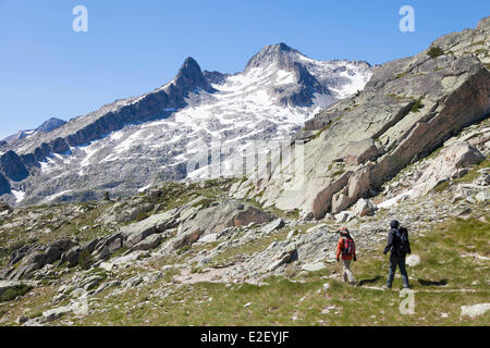 France, Hautes Pyrenees, Aragnouet, Neouvielle massif, hikers at the Madamete path on the GR10 footpath - Stock Photo