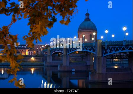France, Haute Garonne, Toulouse, Saint Pierre bridge and the dome of the Grave at dawn - Stock Photo