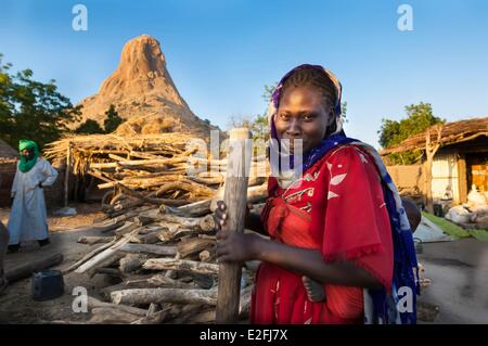 Chad, Sahel, Mataya, village at the foot of the granite spires of Abtouyour, woman pounding the mil - Stock Photo