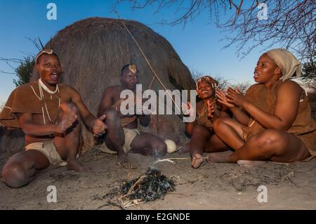 Botswana Central Kalahari Game Reserve Kalahari Plains Camp Wilderness Safaris Lodge educational walk with Bushmen - Stock Photo