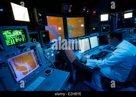 Vancouver, Canada. 19th June, 2014. Crew member works inside the command information centre of the USS Decatur in - Stock Photo
