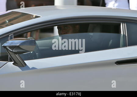 Reggie Bush leaves Il Pastaio restaurant in Beverly Hills after having lunch with friends. Reggie posed for pictures - Stock Photo