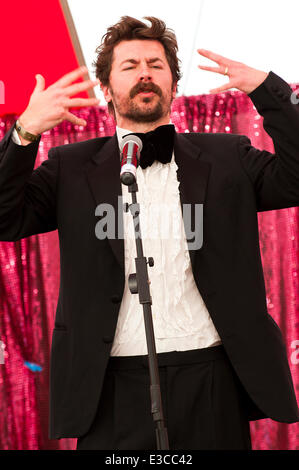 Llandeilo, Carmarthenshire, Wales, UK. 22nd June, 2014. Comedian Mike Wozniak gives a great performance at the Dinefwr - Stock Photo