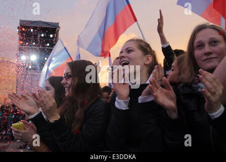 ITAR-TASS: ST PETERSBURG, RUSSIA. JUNE 21, 2014. Secondary secondary school graduates during the Scarlet Sails festival, - Stock Photo