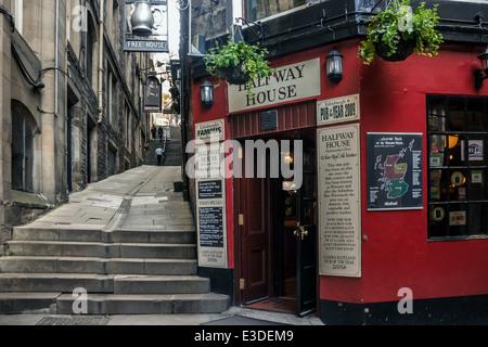 Halfway House Pub in Fleshmarket Close in Edinburgh's Old Town - Stock Photo