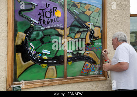 Skipton, Yorkshire Dales National Park, UK.  Eddie Ralph, local artist, completing his painting Window Art as Yorkshire - Stock Photo