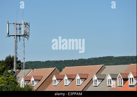 Mobile phone mast in close proximity to new homes in Petersfield, Hampshire - Stock Photo