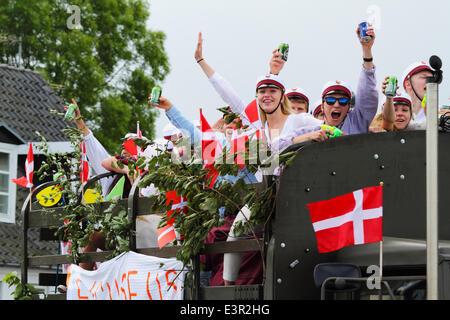 Vedbæk / Vedbaek,  north of Copenhagen, Denmark. June 27, 2014. Danish students in white student caps celebrate - Stock Photo