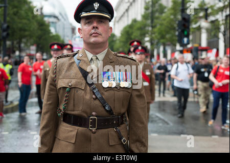 Oxford Street, London, UK. 28th June 2014. Hundreds of servicemen & women march down Oxford Street to mark the sixth - Stock Photo