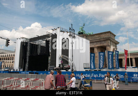 Berlin, Germany. 27th June, 2014. Preparations for 2014 FIFA World Cup live broadcasts at the Brandenburger Tor, - Stock Photo