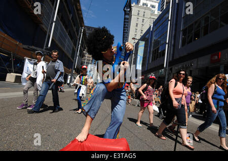 Vancouver, Canada. 28th June, 2014. Street artist Sixtiesman of Canada performs during the annual Vancouver International - Stock Photo