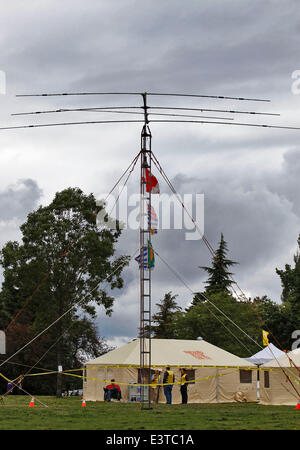 Vancouver, Canada. 28th June, 2014. A 15-meter tall antenna is installed during the annual radio field day exercise, - Stock Photo