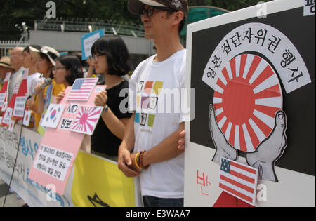 Seoul, South Korea. 30th June, 2014. People attend a protest against the Japanese government's attempt to exercise - Stock Photo