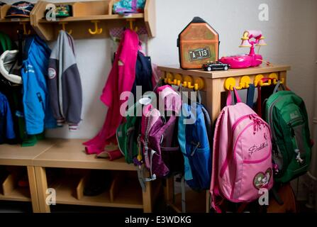 Wismar, Germany. 19th June, 2014. Childrens' jackets and backpacks are on display in the entrance area of the integrated - Stock Photo