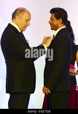 Mumbai, India. 2nd July, 2014. French Foreign Minister Laurent Fabius (L) awards Bollywood star Shahrukh Khan with - Stock Photo