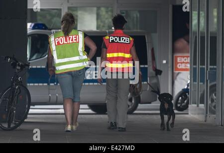 Berlin, Germany. 02nd July, 2014. Dog handlers of the police with a dog walk into the Excelsior Haus on Stresemannstraße - Stock Photo
