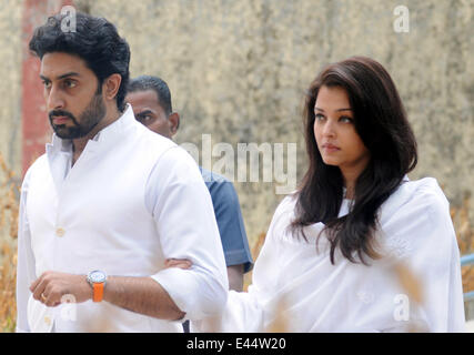 Mumbai, India. 2nd July, 2014. Bollywood actor Abhishek Bachchan (L) and his wife Aishwarya Rai arrive at the funeral - Stock Photo