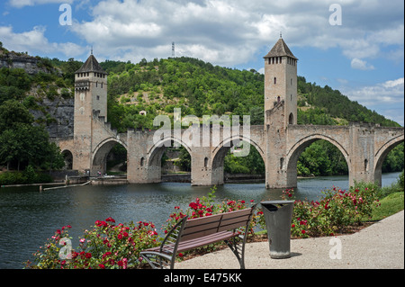 Le pont Valentré / pont du Diable, 14th-century six-span fortified stone arch bridge crossing the Lot River at Cahors, - Stock Photo