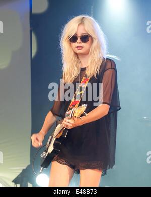 Great Tew, Oxfordshire, UK. July 5th 2014. Cornbury Festival. Nina Nesbitt performs on the man stage. Credit:  charlie - Stock Photo