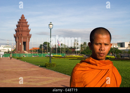 Monk at Independence monument in Phnom Penh, Cambodia, Asia. The Independence Monument, in Phnom Penh, capital of - Stock Photo