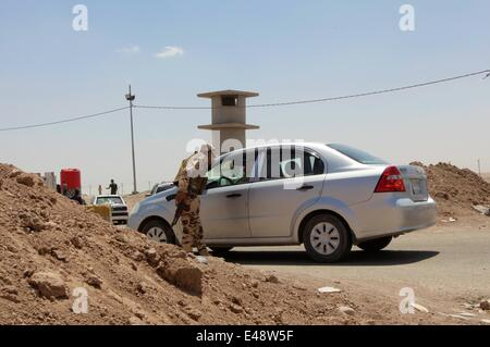 Kurdish security forces reinforce checkpoints due to the heavy influx of Iraqi displaced from cities like Mosul - Stock Photo
