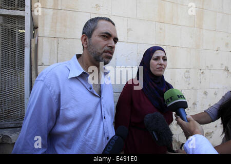 Jerusalem, Israel. 6th July, 2014. Parents of Tarek Abu Khdeir, Salahedeen and Suha, wait for the release of their - Stock Photo
