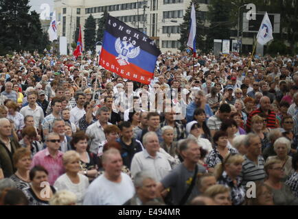 Donetsk, Ukraine. 6th July, 2014. The Donetsk People's Republic supporters rally in support of Ukraine's Russian - Stock Photo