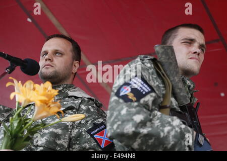 Donetsk, Ukraine. 6th July, 2014. Donbass people's governor Pavel Gubarev (L) speaks during a rally of the Donetsk - Stock Photo