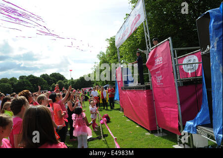 Liverpool, UK. Sunday 6th July 2014. Army cadets let off streamers in the last few minutes before the race starts. - Stock Photo