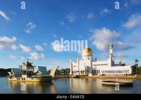 South East Asia, Kingdom of Brunei, Bandar Seri Begawan, Omar Ali Saifuddien Mosque - Stock Photo