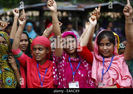 Dhaka, Bangladesh. 7th July, 2014. Bangladeshi garment workers shout slogans during a demonstration in Dhaka. The - Stock Photo