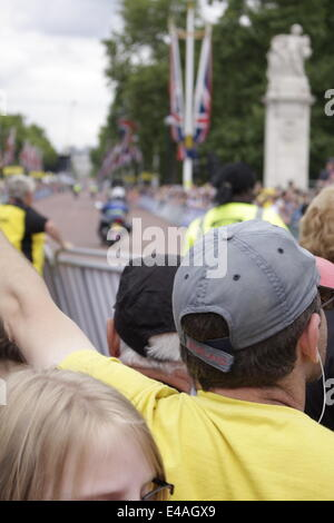 London, UK. 7th July, 2014. Crowds line The Mall for the finish of Stage 3 of the 2014 Tour de France bicycle race. - Stock Photo