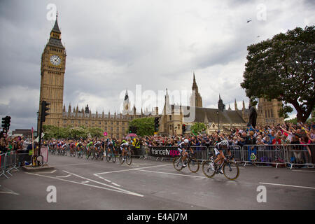 London, UK. Monday 7th July 2014. Tour de France passes the Houses of Parliament and Big Ben, whilst travelling - Stock Photo