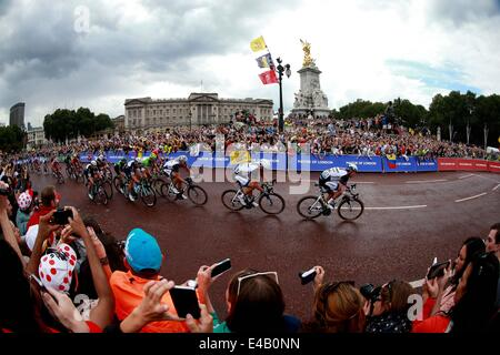 London, UK. 8th July, 2014. Contestants pass by the Buckingham Palace in Stage Three of the Tour de France, in London, - Stock Photo