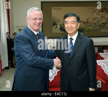 Beijing, China. 8th July, 2014. Chinese Vice Premier Wang Yang (R) meets with Martin Winterkorn, chairman of the - Stock Photo