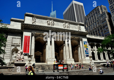 NYC: The classical facade of the New York Public Library on Fifth Avenue at 42nd Street - Stock Photo
