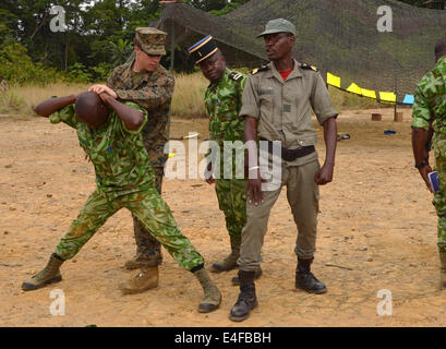 A US Marine demonstrates detainee handling with Gabonese soldiers and Gendarmes from the Agence Nationale des Parcs - Stock Photo