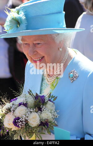 Matlock, Derbyshire, UK. 10th July 2014.  Queen Elizabeth II and the Duke of Edinburgh are received by Mr. William - Stock Photo