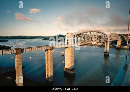 PLYMOUTH,ENGLAND.BRUNEL'S RAILWAY BRIDGE CROSSING THE TAMAR RIVER.PHOTO:JONATHAN EASTLAND/AJAX - Stock Photo