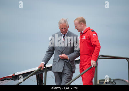 RAF Fairford, Gloucestershire UK. 11th July 2014. HRH The Prince of Wales meets and talks to the Red Arrows aerobatic - Stock Photo