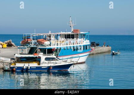 Griechenland, Rhodos, Kritinia, Kamiros Skala, Fischerboote und Fähre nach Chalki - Stock Photo
