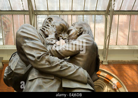 British artist Paul Day's sculpture The Meeting Place at St Pancras railway station, London, England - Stock Photo