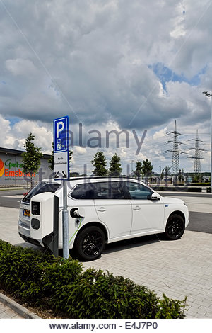 Parking nur für Elektrofahrzeuge — only for electric vehicles — at a large Dutch retail nursery in Germany. - Stock Photo