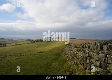 View west along Hadrian's Wall towards Housetead's Crags - Stock Photo