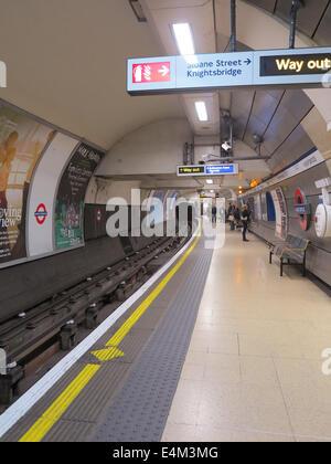 knightsbridge tube station - Stock Photo