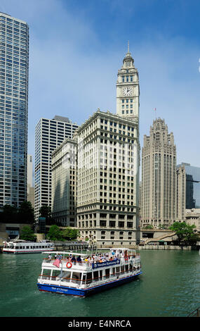Architectural Tour Boat cruising the Chicago River. - Stock Photo