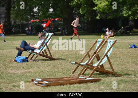 Green Park, London, UK. 17th July 2014. Londoners enjoy the sunshine in Green Park at lunchtime. Credit:  Matthew - Stock Photo