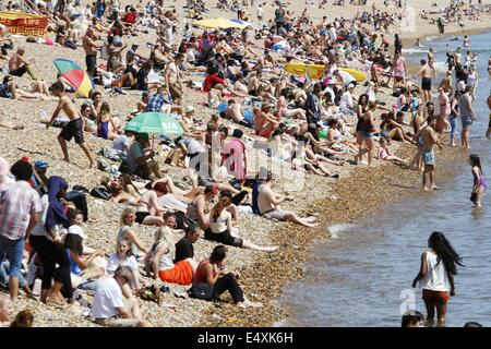 Brighton, East Sussex, UK 17th July 2014.  Crowds on Brighton beach enjoying the good weather. Credit:  Ed Brown/Alamy - Stock Photo