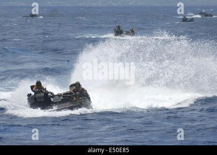 Kaneohe Bay, Hi. 10th July, 2014. JULY 18: Amphibious Assault Vehicles (AAV) of US Marine Corps attend a landing - Stock Photo